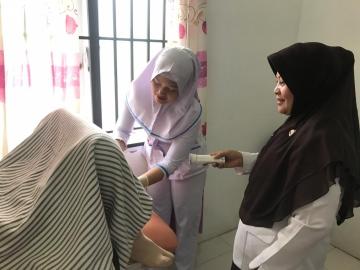 Mahasiswa Melakukan Pemasangan IUD dan Implan dalam Kegiatan Pengabdian Masyarakat KB Safari di Kota Tebing Tinggi, Rabu, 09 Oktober 2019