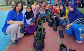Mahasiswa STIKes Mitra Husada Medan Melakukan Kegiatan Pembibitan Tanaman Katuk